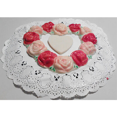 Gelatina de corazon formado por rosas rojas y rosas