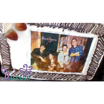 Pastel decorado con fotografía comestible de banda musical en oblea